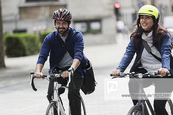 Geschäftsleute  die auf der Straße Fahrrad fahren