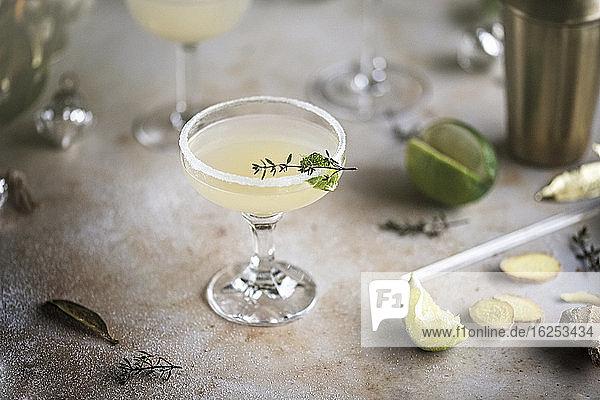 Ingwer-Limetten-Cocktail mit Kräutergarnitur