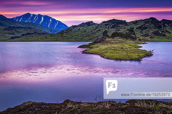 Verlorener See bei Sonnenuntergang  Chugach National Forest  Kenai-Halbinsel  Süd-Zentral-Alaska im Sommer; Seward  Alaska  Vereinigte Staaten von Amerika