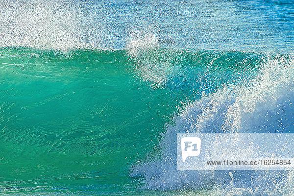Plätschernde Wellen entlang der Sandküste  Banzai-Pipeline; Oahu  Hawaii  Vereinigte Staaten von Amerika