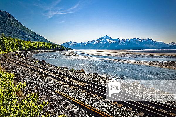 Eisenbahngleise in Alaska entlang des Turnagain Arm of Cook Inlet  Chugach Mountains im Hintergrund  Süd-Zentral-Alaska im Sommer; Portage  Alaska  Vereinigte Staaten von Amerika