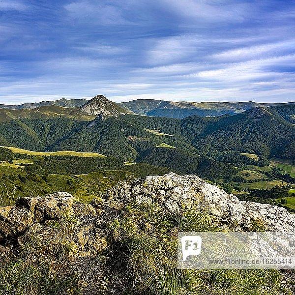 Blick auf die Berge Puy Griou und Monts du Cantal  Regionaler Naturpark der Vulkane der Auvergne