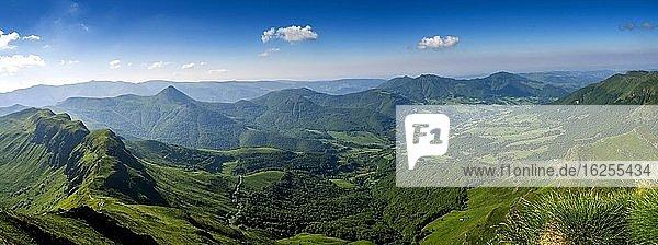 Blick vom Gipfel des Puy Mary auf die Berge des Cantal  Regionaler Naturpark der Vulkane der Auvergne  Departement Cantal  Auvergne-Rhone-Alpes  Frankreich  Europa