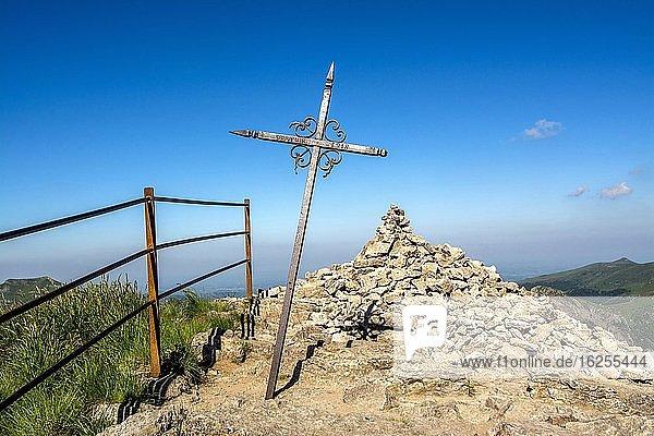 Kreuz auf dem Gipfel des Puy Mary  Regionaler Naturpark der Vulkane der Auvergne  Departement Cantal  Auvergne-Rhône-Alpes  Frankreich  Europa