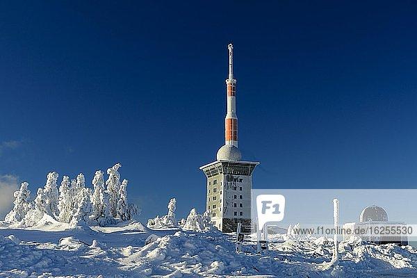 Sendemast und Brockenherberge am winterlich verschneiten Brocken  Winter  Schnee  Harz  Berg  Schierke  Sachsen-Anhalt  Deutschland  Europa