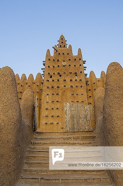 The Great Mosque of Djenne  a UNESCO World Heritage Site  built out of mudbrick in Djenne  a town in the Sahel zone in central Mali.