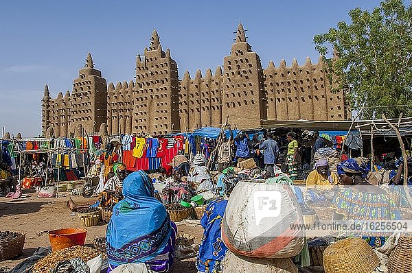 People at the colorful weekly market in front of the Great Mosque of Djenne  a UNESCO World Heritage Site  built out of mudbrick in Djenne  a town in the Sahel zone in central Mali.