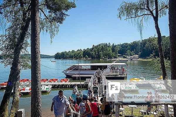 Roundtrip by boat at Lac de Settons in Morvan  France