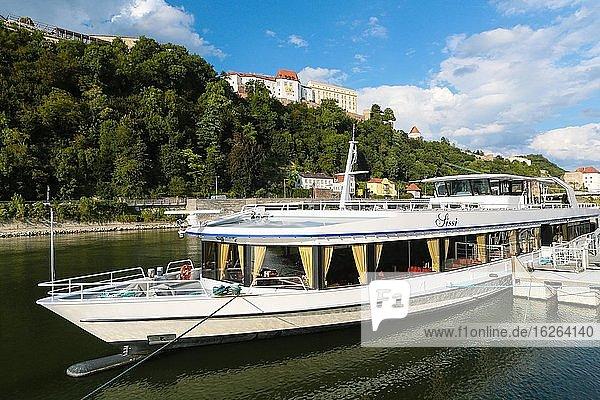 Donau mit Ausflugsschiff am Kai,  hinten oben die Burganlage Veste Oberhaus,  Bayerischer Wald,  Passau,  Bayern,  Deutschland,  Europa