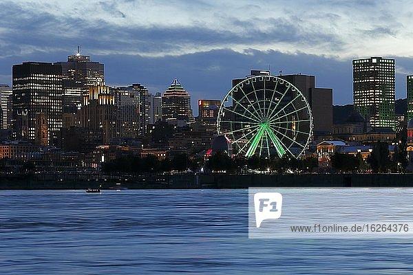 Beleuchtetes Riesenrad im alten Hafen,  Montreal,  Provinz Quebec,  Kanada,  Nordamerika