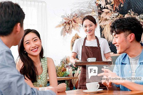Junge Freunde in einem Kaffeehaus