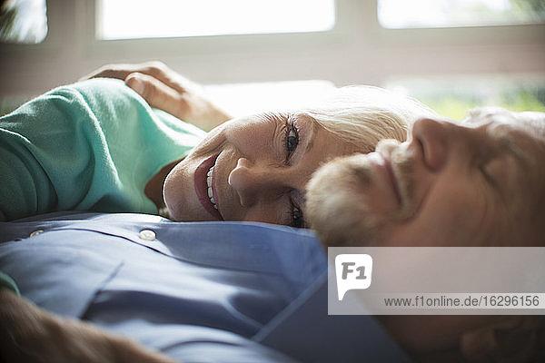 Nahaufnahme Porträt glückliches sorgenfreies Seniorenpaar beim Kuscheln