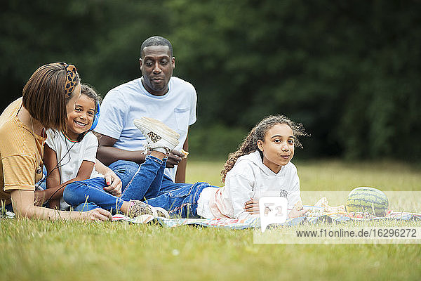 Familie entspannt sich und genießt ein Picknick im Park