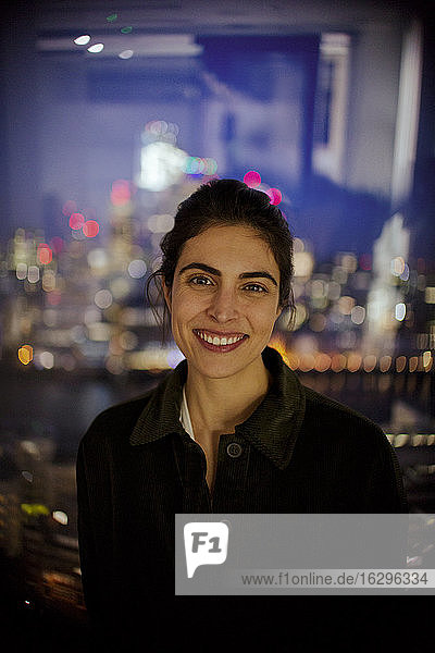 Porträt einer selbstbewussten Geschäftsfrau  die spät im Amt arbeitet