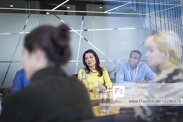 Geschäftsleute  die im Konferenzraum zuhören