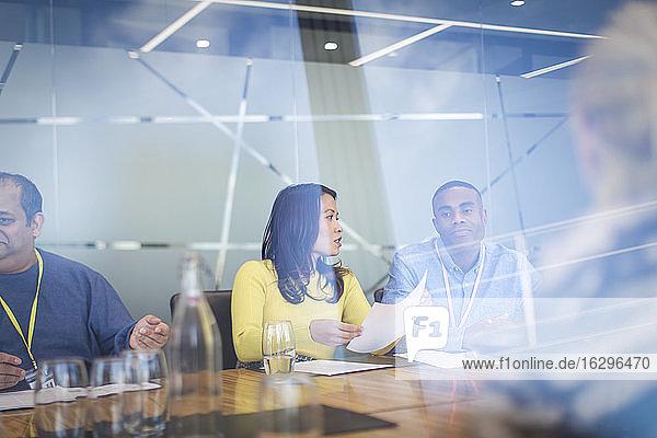 Geschäftsleute besprechen Papierkram in Konferenzraumbesprechung