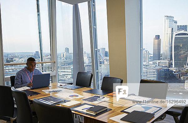 Geschäftsmann arbeitet am Laptop im Hochhaus-Konferenzraum  London  UK