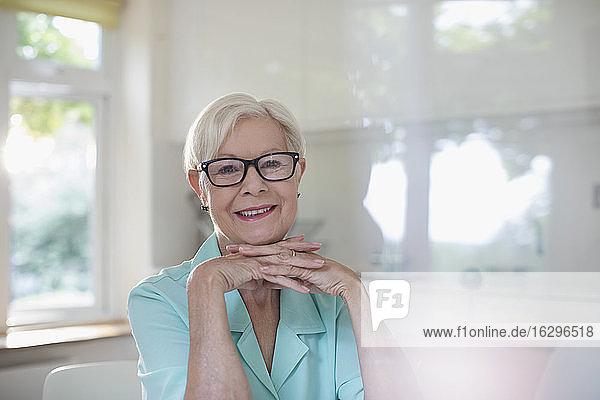 Portrait glückliche selbstbewusste ältere Frau mit Brille
