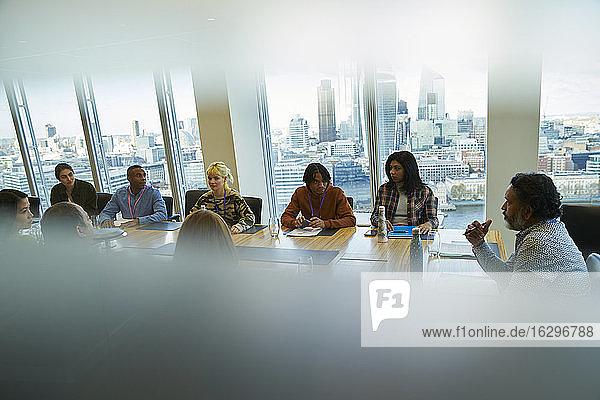 Geschäftsleute sprechen in einem Konferenzraum im Hochhaus