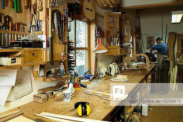 Gitarrenbauer in seiner Werkstatt Gitarrenbauer in seiner Werkstatt