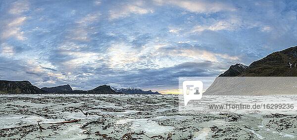 Norway  Lofoten  Sundown at the coastline of Utakleiv