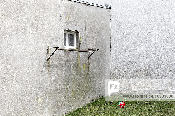 Deutschland  mürrischer Hinterhof mit rotem Ball
