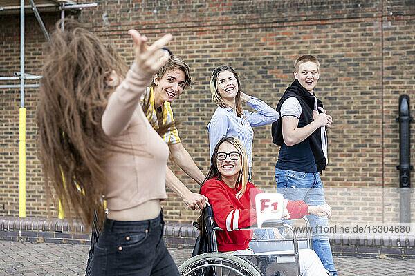 Fröhliche männliche und weibliche Freunde genießen das Wochenende in der Stadt