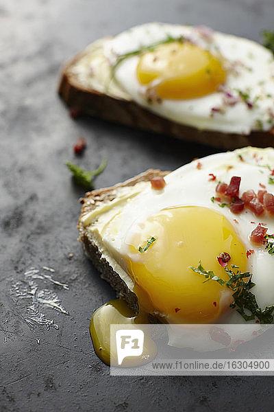 Spiegeleier  Schnittlauch  Speck und Brot