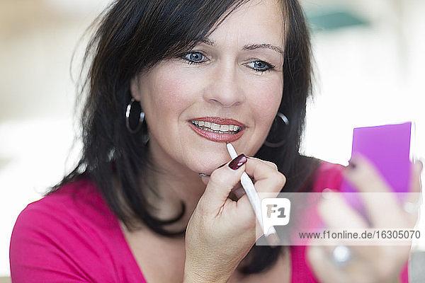 Porträt einer Frau  die sich schminkt