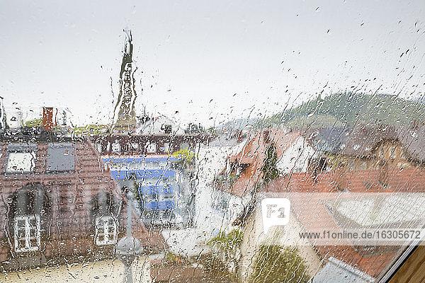 Deutschland  Baden-Württemberg  Freiburg  Blick aus dem Fenster an einem regnerischen Tag