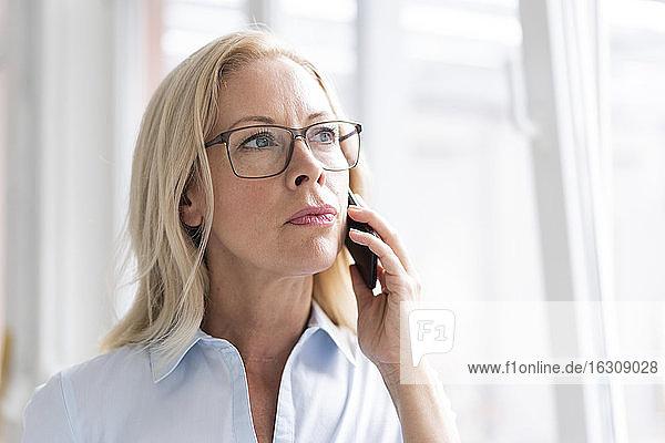 Nahaufnahme einer weiblichen Fachkraft  die über ein Smartphone spricht