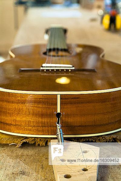 Unvollendete Gitarre in einer Werkstatt Unvollendete Gitarre in einer Werkstatt
