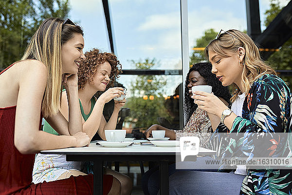Treffen von Freundinnen in einem Cafe Treffen von Freundinnen in einem Cafe