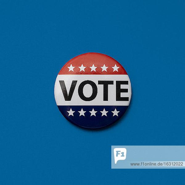 Stimmabzeichen auf blauem Hintergrund