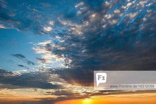 USA  South Dakota  Wolkenlandschaft mit untergehender Sonne