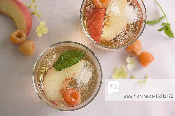 Pfirsich-Cocktail mit frischen Himbeeren