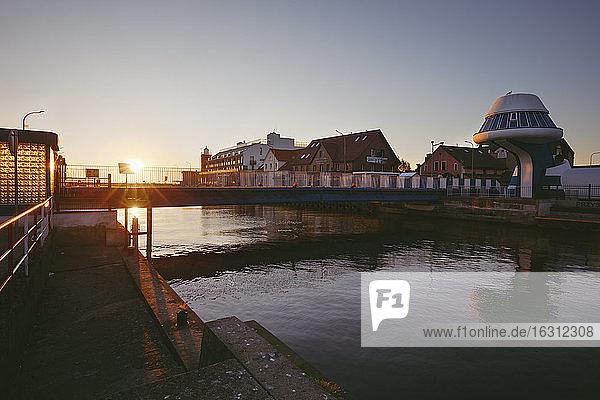 Polen  Westpommern  Darlowek  Leuchtturm und Brücke über den Fluss Wieprza bei Sonnenuntergang