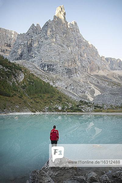 Italien  Südtirol  Cortina d Ampezzo  Sorapis-See  Mann steht auf einem Felsen und schaut auf den See