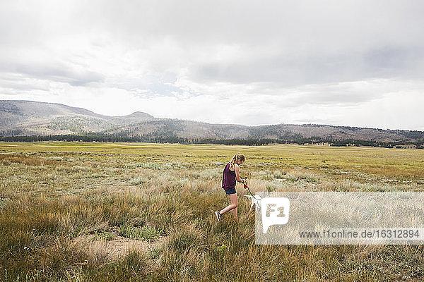 Mädchen im Teenageralter beim Spaziergang mit ihrem Hund