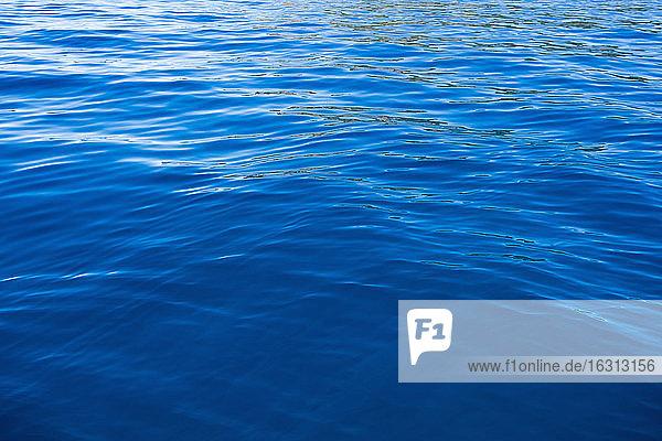 Detail des ruhigen Wassers eines Sees  Wellen auf dem Wasser