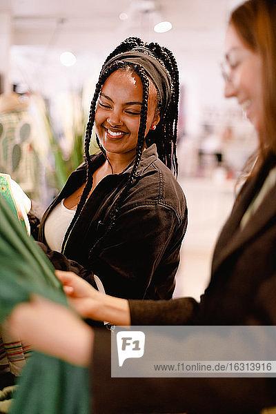 Lächelnde Freunde unterhalten sich im Laden