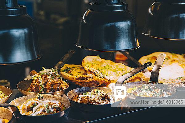 Schrägansicht auf indisches Essen  das an einem Konzessionsstand eines Nutzfahrzeugs serviert wird