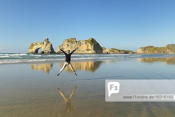 Wharariki Beach bei Sonnenuntergang  Ozeanien  Golden Bay  Tasman  Südinsel  Neuseeland  Ozeanien