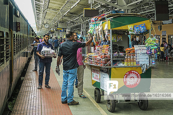Catering snack trolley at railway station of Khozikode (Calicut)  second largest city in the state  Khozikode  Kerala  India  Asia