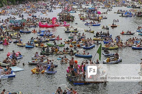 Nabada,  Veranstaltung am Schwörmontag,  Boote,  Wasserfahrzeuge,  Menschen auf der Donau,  Ulm,  Baden Württemberg,  Deutschland,  Europa