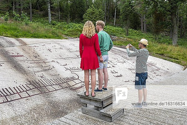 Touristen,  Felsritzungen,  Freilichtmuseum Vitlycke,  Tanumshede,  Västra Götalands län,  Schweden,  Europa