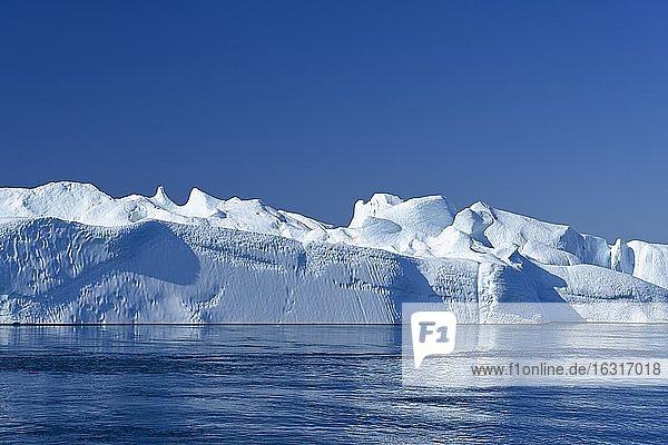 Gigantische Eisberge im Eisfjord  UNESCO-Weltnaturerbe  Ilulissat  Diskobucht  Westgrönland  Grönland  Nordamerika