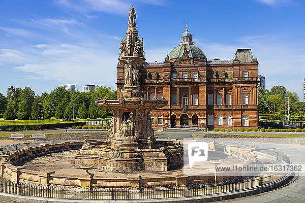 People's Palace and Doulton Fountaion  Glasgow Green  Glasgow  Scotland  United Kingdom  Europe