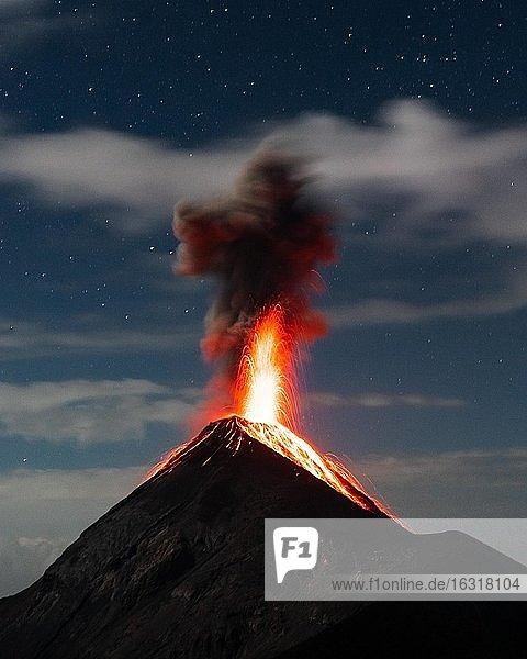 Glühendes Lava und Rauch spuckender Vulkan  Vulkanausbruch in der Nacht  Volcan de Fuego  Guatemala  Mittelamerika