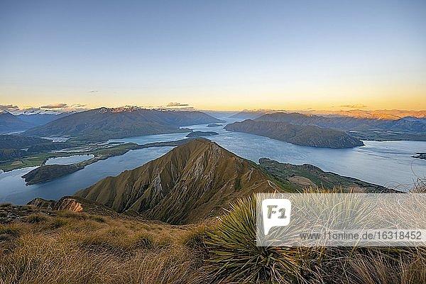 Ausblick auf Berge und See vom Mount Roy  Roys Peak bei Sonnenuntergang  Lake Wanaka  Südalpen  Otago  Südinsel  Neuseeland  Ozeanien